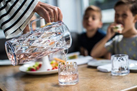 Snygga och säkra glas för pool och uteplats - Superglas från Koziol